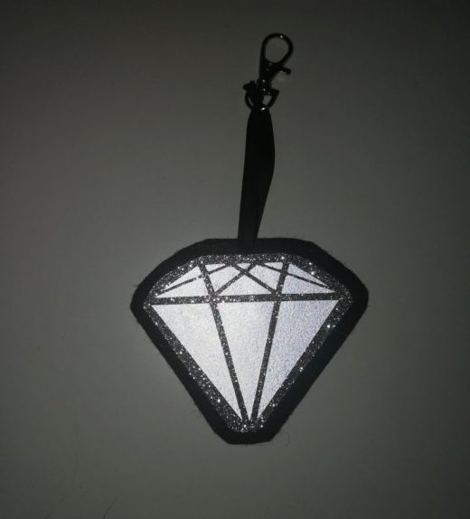 timantti musta-hopea heijastava