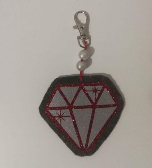 tummanharmaa-pun. timantti